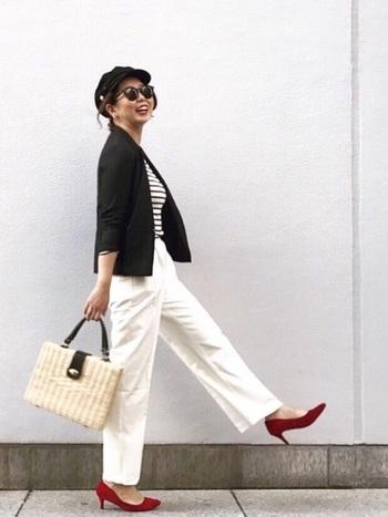フランスの街角で見かけそうな、マリンルックがおしゃれなコーディネートです。涼やかなマリンルックは、夏にもぴったり♪ボーダートップスに白のボトムスを合わせ、黒のジャケットをプラスするとコーディネートがぐっと締まります。差し色のパンプスやカゴバッグなど、小物の合わせ方もおしゃれで参考になりますね。
