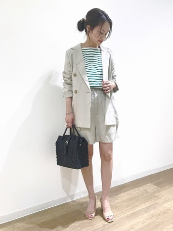 明るいトーンのジャケットが爽やかな、こちらのコーディネート。グリーンのボーダーにショートパンツを合わせて、大人っぽい肌見せが叶うマリンスタイルに。ジャケットを取り入れていながらも、どこか抜け感のあるおしゃれなスタイリングです。