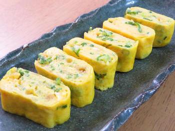 天かす入りでコクとうまみをアップ。白だしで簡単調理の出汁巻き卵です。