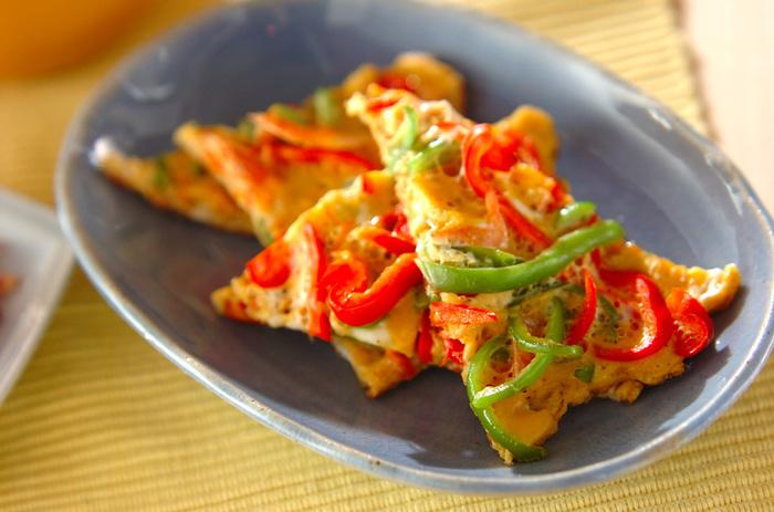 赤ピーマンと緑のピーマンをトッピングした、まるでピザみたいな変わり卵焼き。彩りがキレイだからおもてなしの一品にしてもいいですね。