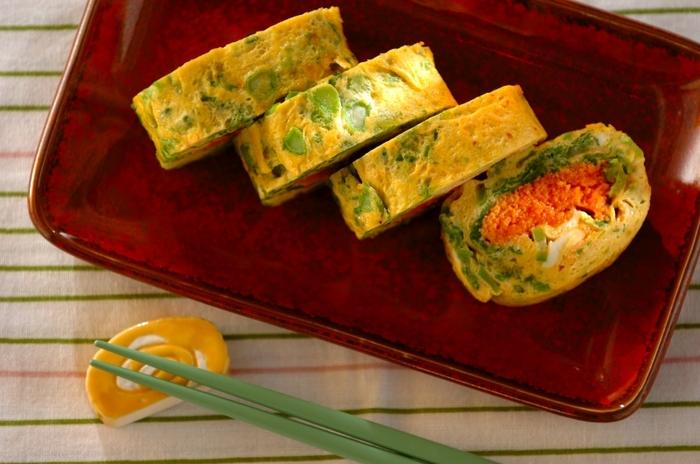 菜の花と明太子を入れた、まるでお花が咲いたような春の香りがする卵焼きです。緑と赤のコントラストが美しいですね。