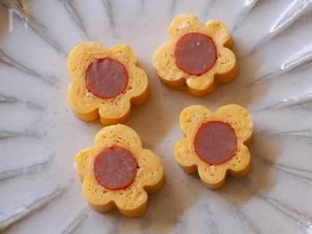 女の子のお弁当に入れたら喜ばれそうなキュートなお花の卵焼き。ウインナーは赤ウインナーにするとより可愛らしさがアップします。
