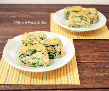 ひじきと野菜がたっぷり入った、彩りきれいな卵焼き。見た目の華やかさも栄養も満点です。