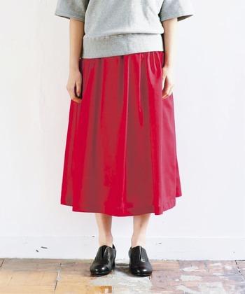 いかがだったでしょうか?赤いスカートは一枚あるとレディな気分も上げてくれ、なおかつオシャレに見せてくれます。春夏秋冬オールシーズン使える赤いスカートのコーディネートを楽しんでみてくださいね。