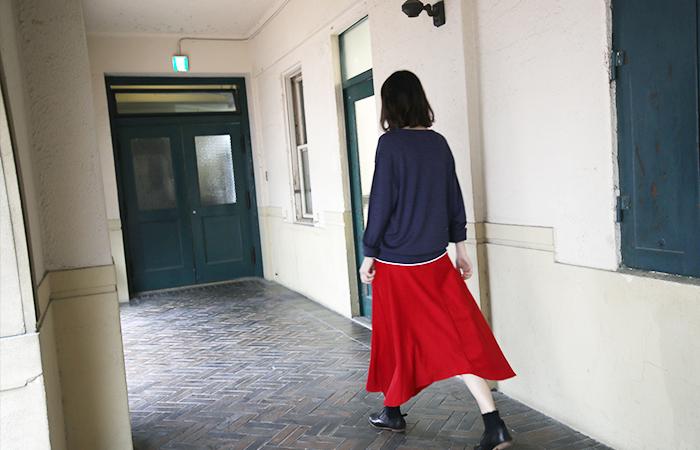 ふわりと裾が広がるスカートはそれだけでも心がときめきますが、よりオシャレに颯爽にレディ気分を盛り上げてくれるカラーが「赤」なんです。そこで今回は、もっとレディな気分を盛り上げてくれる赤いスカートの素敵な着こなしを春夏秋冬でご紹介したいと思います。