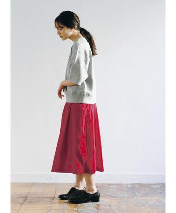 グレーのスウェットとも相性がいい赤いスカート。ゆるやかなコーデの時はかっちりシューズを合わせると上手くバランスが取れますよ。