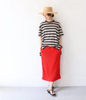夏はやっぱりボーダーが着たくなりますよね!そんな時も赤いスカートを合わせればマリン気分も一気に上がります。絶妙な丈のタイトがまたいい感じ♪