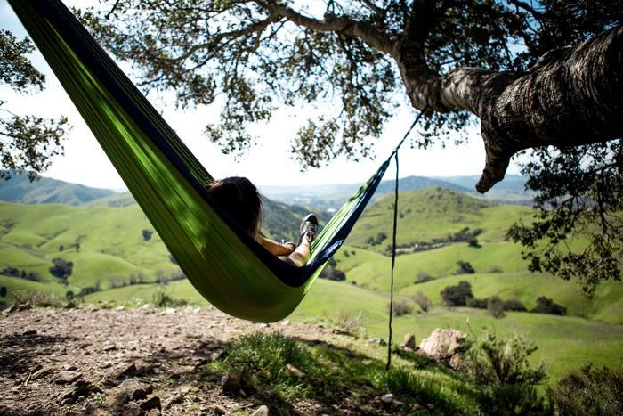 明るい日差しと心地よい風を感じながらのバーベキューやキャンプご飯は、より一層美味しく感じられるでしょう。さらに、ハンモックに揺られながら本を読むなど、自由に楽しみたいですね。
