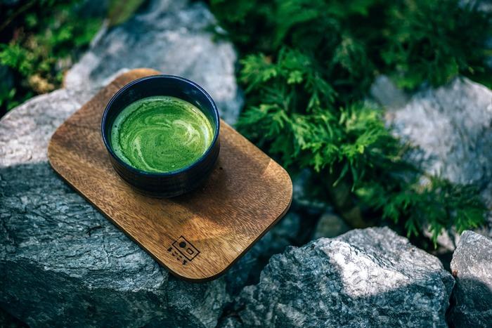 青空のもとでお茶も、初夏に楽しみたいことのひとつ。茶室同様の作法は必要ありません。もっとカジュアルに、自然と一体になりながらお茶をいただくことが醍醐味です。