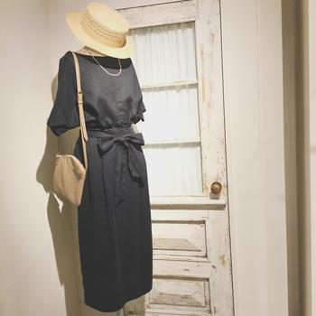 ウエストマーク付きのきちんと感のあるデザインのワンピースも硬い印象になりすぎず程よい抜け感が出ます。 「黒」でもリネンだと光沢があるので暑苦しくならず、見た目にも涼し気なんです。麦わら帽子などと合わせて颯爽と着こなして。