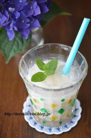 こちらは、梅シロップと牛乳に、ヨーグルトを多めに加えた梅ラッシー。お子さんが飲むときは、はちみつでやさしい甘さをプラスしても。さっぱりと暑い季節の渇きを癒してくれます。