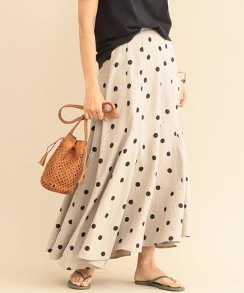 裾がふわりと広がる、リネンの優し気なドット柄ロングスカートは女性らしい華やかな雰囲気です。 腰回りはスッキリとしていて、重たくならず軽やかな印象。