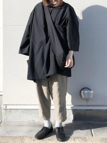 ボーイッシュな着こなしを叶えるコツは、普段より2サイズ上を選ぶこと。ゆるっと気負わず、ラフに着こなすことでこなれ感を演出できます。