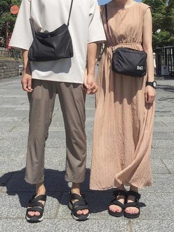 シューズや小物をスポーティーテイストで合わせたリンクコーデ。洋服を合わせなくても、足元や小物使いで「おそろい」に見せることが可能です。色や素材感などを近づけるとよりペア感が増しますよ!