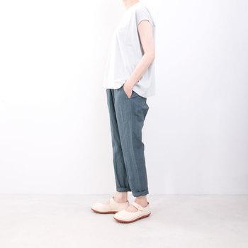 ウエストゴム仕様で楽ちんな綿麻カジュアルパンツ。 股上が適度にあって履きやすく、リラックスできるデザインなので手放せなくなりそう。