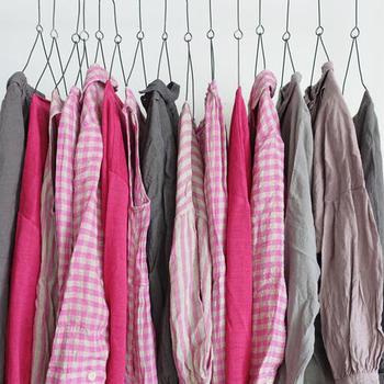 天然素材であるリネン生地の魅力は、なんと言っても通気性が良く、吸水性・耐久性ともに優れていること。そして肌触りがしなやかで着心地も抜群!暑い夏に汗をかいても肌に張り付かず、快適に着ていられるので毎日ヘビロテしてしまいそう!  今回は、リネンのお洋服を着慣れていない方はもちろん、リネンのお洋服を買い足したい読者さんに向けて、失敗しない選び方を「デザイン・柄・シーン」別にご紹介します。