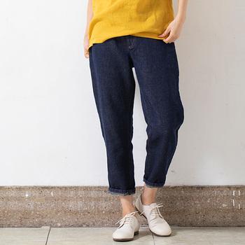 リネン100%の生地を使ったデニムパンツ。 綿よりも薄手ではありますが、適度な厚みもあって涼しい履き心地が魅力的♪