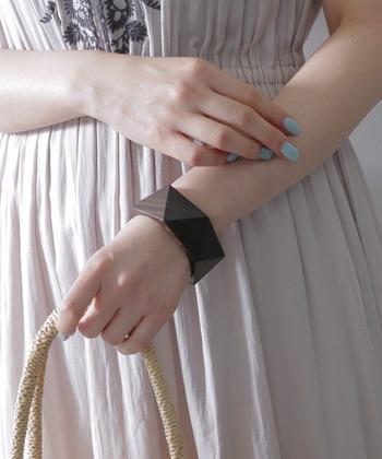 お洋服が軽やかになったら、指先も春夏仕様にチェンジしたいもの。爽やかな印象の水色ネイルは、一気に涼し気な雰囲気を作ることができます。
