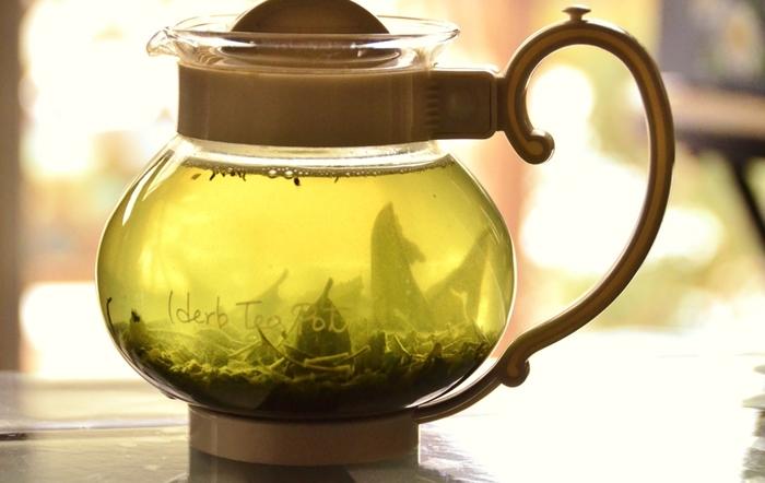 梅シロップを3倍のお茶で割るのもおすすめ。氷を浮かべて、お好みで梅シロップの梅も入れます。さっぱり感がさらにアップの爽やかな飲み方です。(※画像はイメージです)