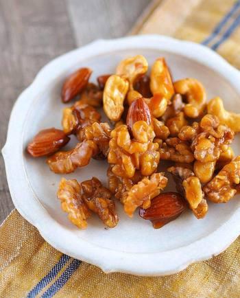 カリカリの食感とつやつやの美味しそうな見た目がたまらないキャラメルナッツ。そのままおやつに、砕いてパフェやアイスのトッピングにも。