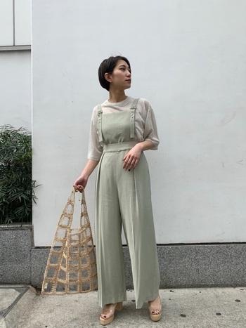 バッグとサンダルのカラーをベージュで揃えたスタイリング。ナチュラルな素材感のクリアバッグが淡いカラーのサロペットにとてもマッチしていて、コーディネートに清涼感と軽さをプラスしてくれます。