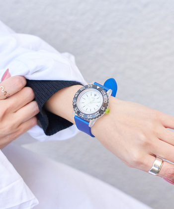 「russet(ラシット)」のラフウォッチ「LAUGH WATCH 20BAR」は、着ける人をよりアクティブにする腕時計。室内のわずかな灯りでも1回のフル充電で約3.5ヶ月も使用でき、マリンスポーツも可能な「20気圧防水」を搭載しています。