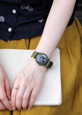 「MWC(ミリタリーウォッチカンパニー)」のミリタリーウォッチ「Infantry Watch」は、女性の手首におさまるコンパクトなサイズ感が特徴。シンプルで無骨すぎない、さり気ない存在感が魅力です。