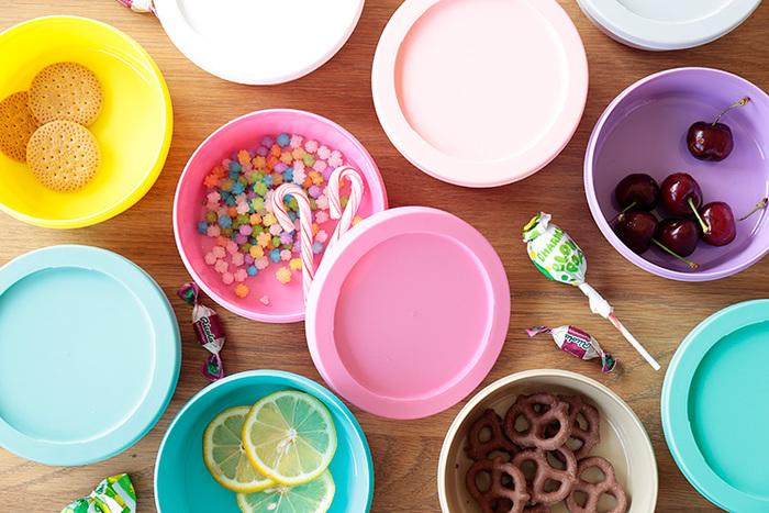「あれが食べたい、これが飲みたい」と気分屋の子どもたちには、紙コップやお皿、プラスチック素材のお皿を多めに用意してあげましょう。落としても安心な素材なので、大人がヒヤヒヤする必要もありません!  また使い捨て素材のものを使えば、洗う必要もなく処分するだけなので、ゲストもお招き側も、動き回ることなく大人のおしゃべりに集中できます♪