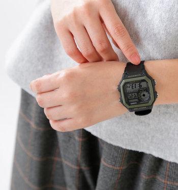 「CASIO(カシオ)」の「イルミネーターワールドタイム スクエアデジタルウォッチ ae-1200whb」は、メンズライクなスクエアケースが特徴の腕時計。ワールドタイムマップやアラーム、ストップウォッチ等の機能面も充実。「10気圧防水」なので雨や汗にも耐えられます。