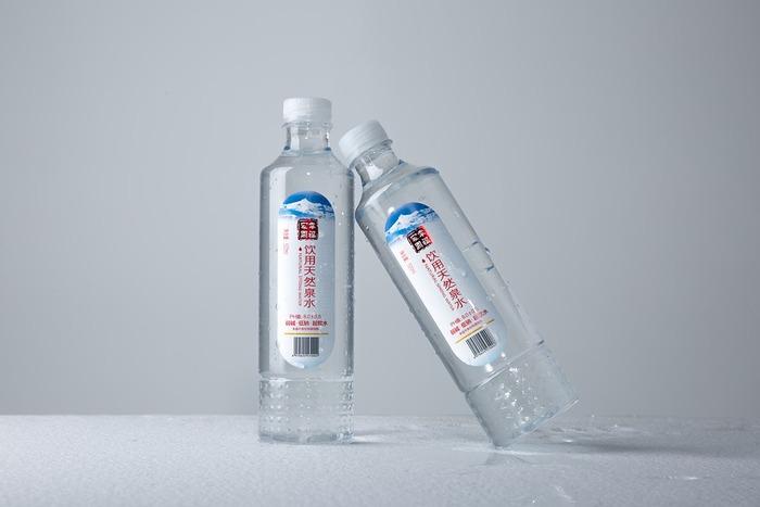 摂取するべき水の適正量は、一日あたり2~2.5リットル程度と言われていますが、体型や運動量などによっても身体が必要とする水分量は異なってきます。自分の身体に合わせて無理のない範囲で水分補給の習慣をつけていきましょう。