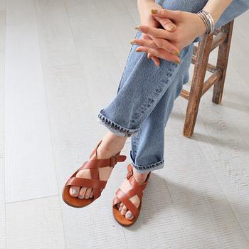 今年のサンダルのトレンドは、リラックス感のある歩きやすいデザインが主流です。引き続き人気のスポーツサンダルやコンフォートサンダルをはじめ、革のサンダルもフラットタイプが人気です。