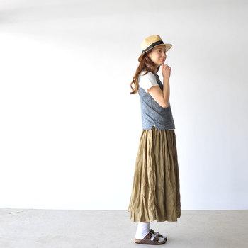 サンダルに靴下を合わせるコーディネートも、引き続き人気です。靴下の色や質感によってさまざまな足元の表情を演出することができます。