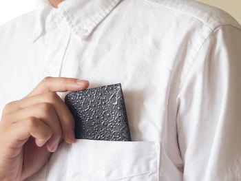 小さなパスケースには、さり気ないけど華やかな模様が。漆で描かれたデザインは艶やかで印象的です。