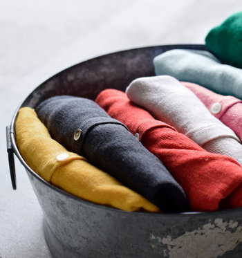 全10色の豊富なカラーバリエーションも魅力。使い勝手のいいベーシックカラーをはじめ、ブルーやグリーンなど爽やかなカラーも揃っています。ポップなカラーをコーデのポイントにしても素敵ですね♪