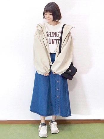 人気のフロントボタンに続いてサイドボタンのデニムロングスカートが新登場!マウンテンパーカーとの相性もよく、全体を白、ブルー、黒の3色でまとめれば、スッキリします!