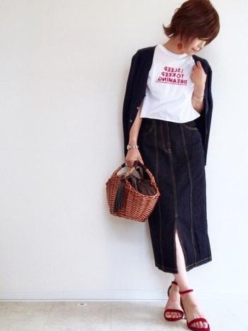 大人っぽいカジュアルを目指すならスリット入りのタイトデニムスカートにTシャツ&カーディガンを合わせて♪アクセサリー、ロゴ、サンダルを赤に統一するとグッとおしゃれに。