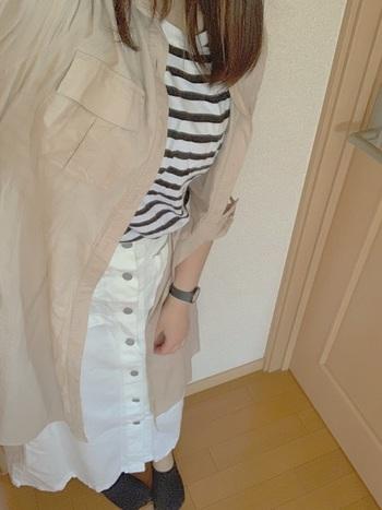 女性らしい白のデニムロングスカートには、ボーダーTシャツやベージュ系のシャツを合わせてふんわり爽やかに!フロントボタンがちょっとしたアクセントに♪