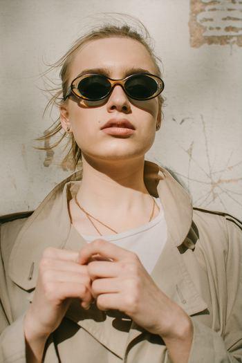 また紫外線は目からも吸収されてしまう為、UVカット効果のあるサングラスやコンタクトレンズを着けるのがおすすめ。 色の濃いサングラスを選ぶ場合は、横からの散乱光に気を付けましょう。 定番の日傘は、黒色の方が紫外線を吸収する効果があると言われています。