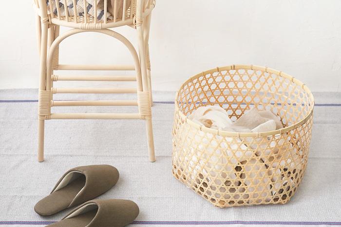 佐賀県武雄市のご夫婦が作る「竹のランドリーバスケット」。福岡県朝倉市の真竹を使用し、六つ目編みで編み込まれています。竹には抗菌効果があるので、洗濯物やスリッパなどを入れるのにもぴったり◎大・中・小の3つのサイズがあり、大きさによってさまざまな用途に使えそう。丁寧な手仕事の美しさを感じられますね。