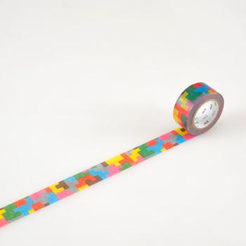 ジグソーパズルのようなデザインがポップなマスキングテープです。カラフルな色合いが大人から子供まで好まれそう。