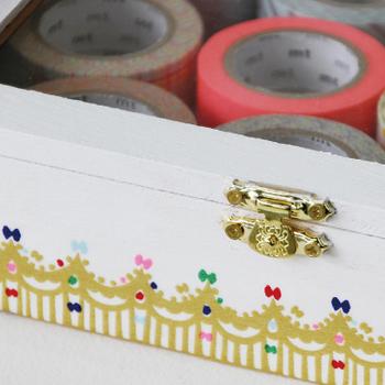 金の王冠をデザインしたマスキングテープ。箱に貼ってオリジナルボックスを作るアイデア。