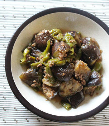 ジューシーな茄子と万願寺唐辛子をひき肉と一緒に炒め煮したご飯にぴったりなレシピ。夏の暑い時期、食欲がなくてもペロリといただけそうですね。