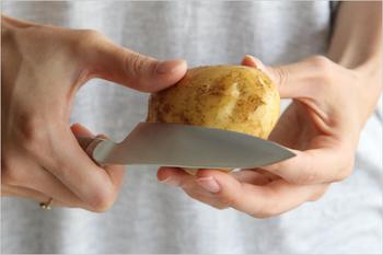 小ぶりで切れ味の良いペティナイフは、ジャガイモの皮むきなどにも活躍してくれます。大きな包丁ではやり辛かった作業も快適に。