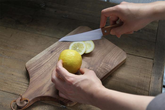 もちろん切れ味も折り紙付きです。一人分の調理や小さなまな板での作業はペティナイフの方がはかどりそう。
