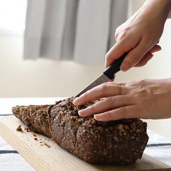 果物やトマトなどの柔らかい素材の他、パンも楽々着ることができます。一本あるとなんにでも応用が利く小型のナイフです。