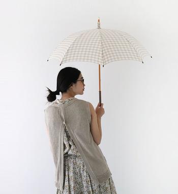 日差しが強くなるこれからの季節は、チェック柄のおしゃれな日傘もおすすめです。ベージュ×ホワイトの優しい配色のチェック柄は、ナチュラルテイストのお洋服と相性抜群。ワンピースやスカートなどフェミニンなアイテムと組み合わせて、女性らしくて上品な夏のコーディネートを楽しみませんか?