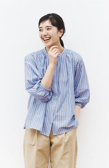 ナチュラルテイストのコーディネートを楽しみたい方には、ゆったりしたシルエットのスモックブラウスがおすすめです。シンプルなデザインのブラウスは、どんなボトムスにも合わせやすく、幅広いコーディネートに活躍してくれます。ブラウンをポイントにしたシックな配色と、ボリューム感のある袖のデザインが、夏の装いの鮮度をぐっと高めてくれますよ◎。