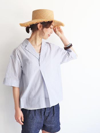ドット柄やチェック柄と並んで、夏は清涼感あふれるストライプ柄も大人気です。こちらはヨーロッパのアンティークのシャツ地をベースにデザインされた、シンプルで爽やかなストライプシャツ。リラックス感のあるシルエットと、大人っぽい雰囲気の開襟デザインがおしゃれな雰囲気です。