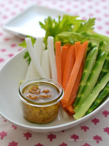 混ぜるだけでできる簡単に出来ちゃうディップ。 オリーブオイル、味噌、レモン汁、3つの組み合わせが絶妙です。
