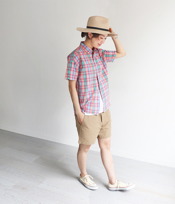 クラシカルな雰囲気のチェック柄も、夏の装いに欠かせない人気柄です。コットンリネンの軽やかな素材でできたこちらのシャツは、明るいトーンのマドラスチェックが爽やかな雰囲気。デニムやショートパンツなどの定番ボトムスと合わせるだけで、簡単にシーズンライクな着こなしが完成します。